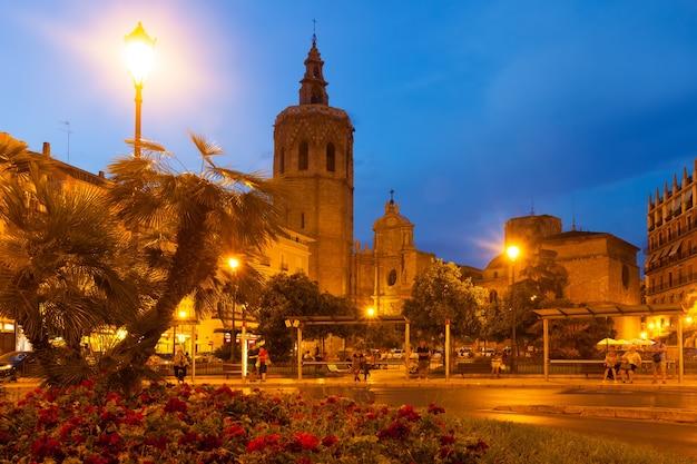 Vista noturna da torre micalet e da catedral. valência, espanha