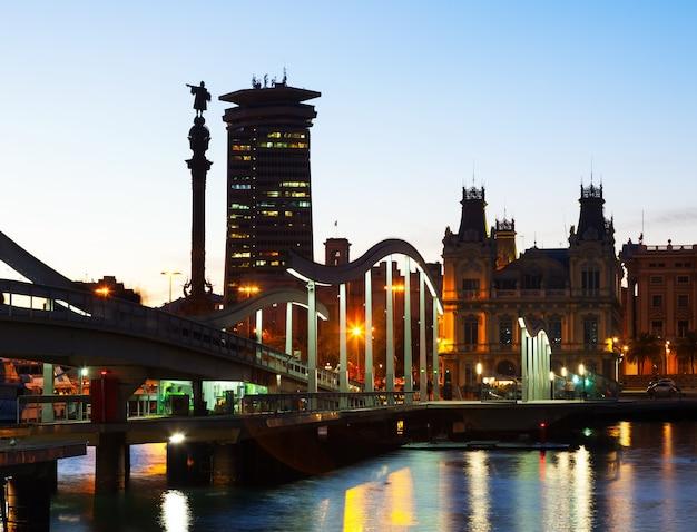 Vista noturna de port vell em barcelona