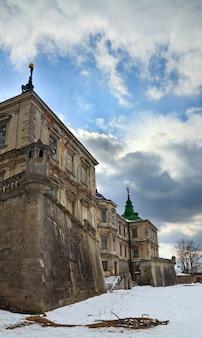Vista noturna de primavera do antigo castelo pidhirtsi (ucrânia, região de lvivska, construído em 1635-1640 por ordem do polonês hetman stanislaw koniecpolski)