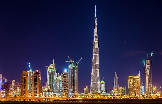 Vista noturna do centro de dubai com o burj khalifa