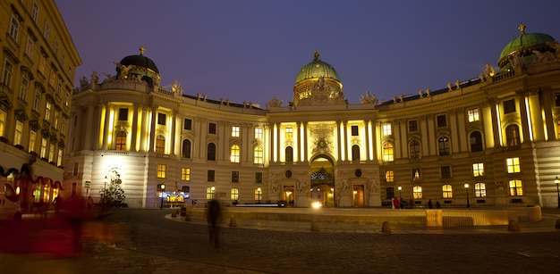 Vista noturna do palácio de hofburg. viena