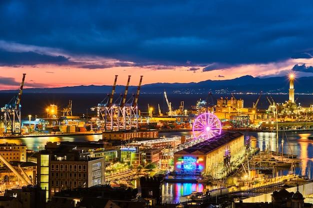 Vista noturna do porto de genoa itália
