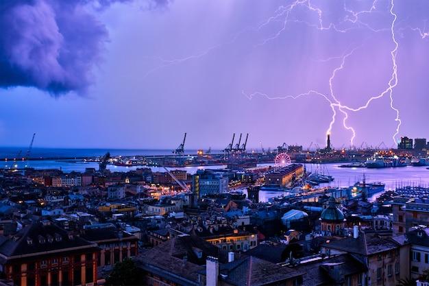 Vista noturna do porto de gênova com tempestade e iluminação na itália