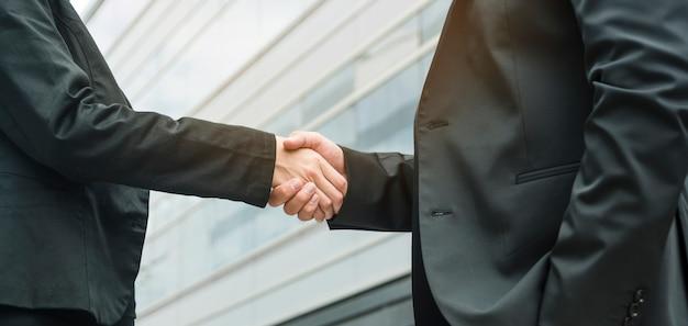 Vista panoramic, de, executiva, e, homem negócios, apertar mão