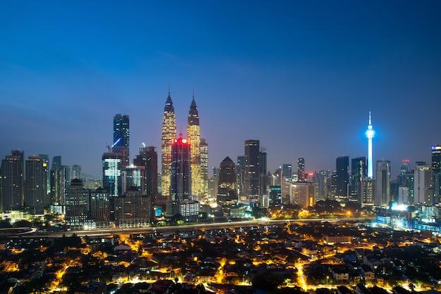 Vista panoramic, de, kuala lumpur, cidade, skyline, durante, amanhecer, ver, arranha-céus, predios