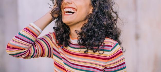 Vista panoramic, de, mulher jovem, rir