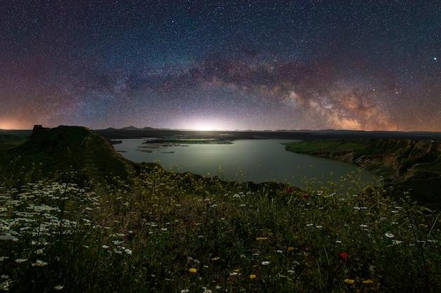 Vista panoramic, de, um, noite, paisagem, com, a, arco, de, maneira leitosa, em, espanha