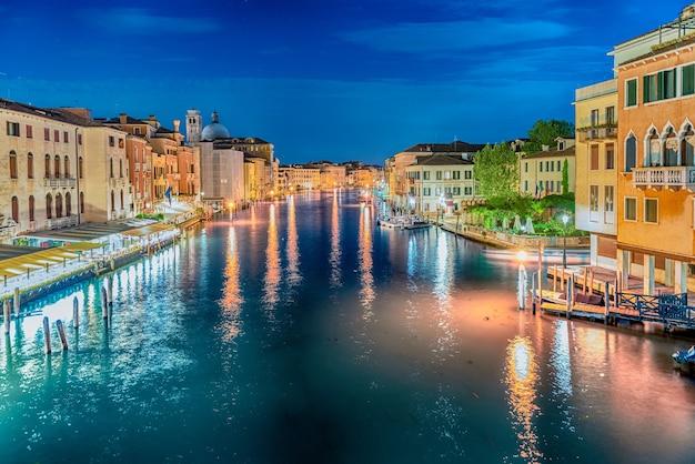 Vista panorâmica à noite com belos reflexos do grande canal em veneza, itália