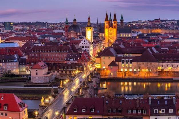 Vista panorâmica aérea da cidade velha com a catedral, a prefeitura e a alte mainbrucke em wurzburg, parte da estrada romântica, franconia, baviera, alemanha