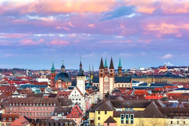 Vista panorâmica aérea da cidade velha com a catedral e a câmara municipal de wurzburg ao pôr do sol, franconia, baviera, alemanha