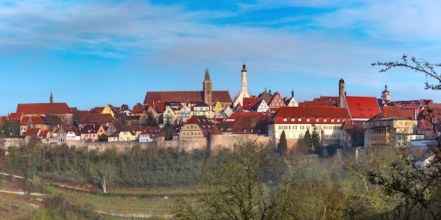 Vista panorâmica aérea da muralha da cidade, fachadas pitorescas e coloridas e telhados da cidade velha medieval de rothenburg ob der tauber, baviera, alemanha