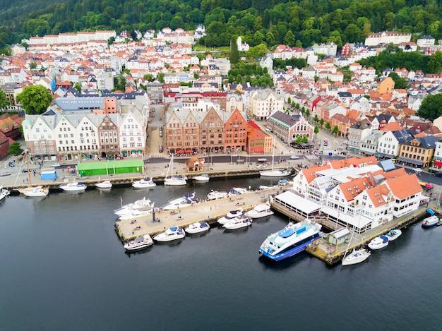 Vista panorâmica aérea de bryggen. bryggen é uma série de edifícios comerciais no porto de vagen em bergen, noruega.