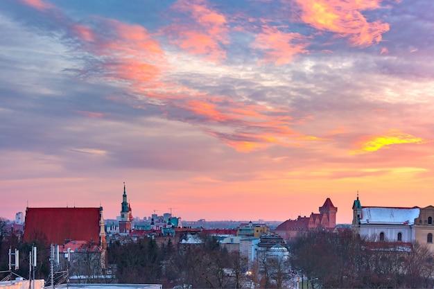 Vista panorâmica aérea de poznan com a câmara municipal e o castelo real ao pôr do sol