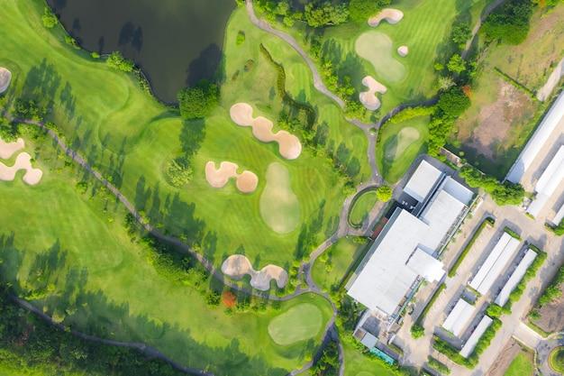 Vista panorâmica aérea do campo de golfe e casas na cidade.