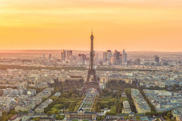 Vista panorâmica aérea do horizonte de paris, frança ao pôr do sol