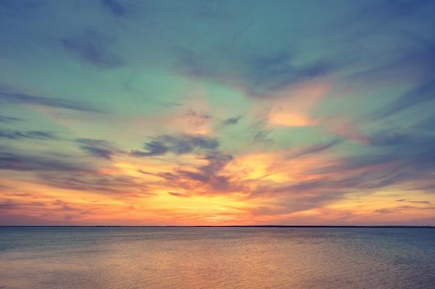 Vista panorâmica aérea do pôr do sol sobre o oceano