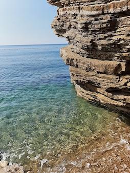Vista panorâmica cênico em montenegro. mar, palmeiras, praia. sul da europa.