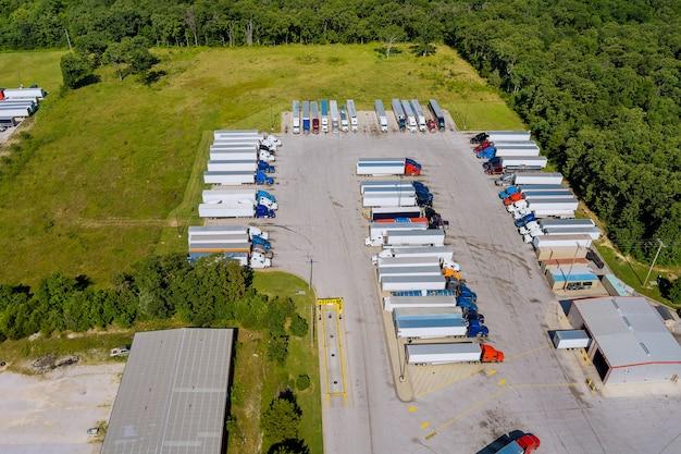 Vista panorâmica com área de descanso da parada de caminhões de reboques de caminhões estacionados em uma fileira perto de nós, estrada interestadual