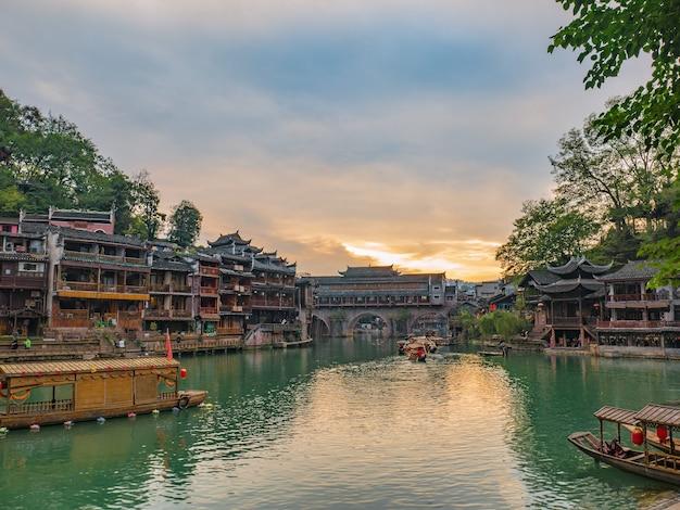 Vista panorâmica com o céu do pôr do sol da cidade velha de fenghuang. a cidade antiga de phoenix ou condado de fenghuang é um condado da província de hunan, na china