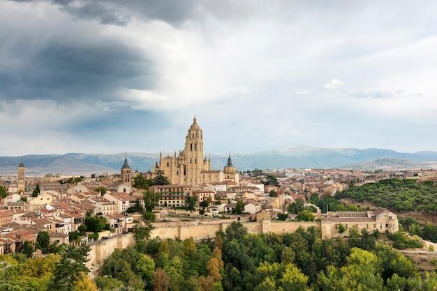 Vista panorâmica da antiga muralha e da cidade de segóvia com a torre da catedral erguendo-se ao fundo espanha