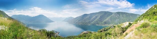 Vista panorâmica da baía de boka-kotor, montenegro em dia de verão