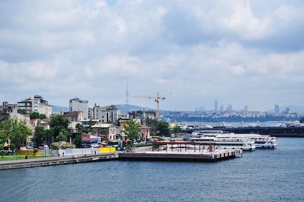 Vista panorâmica da baía do chifre de ouro. hoje o dia está desagradável. istambul, turquia, 10 de julho de 2021