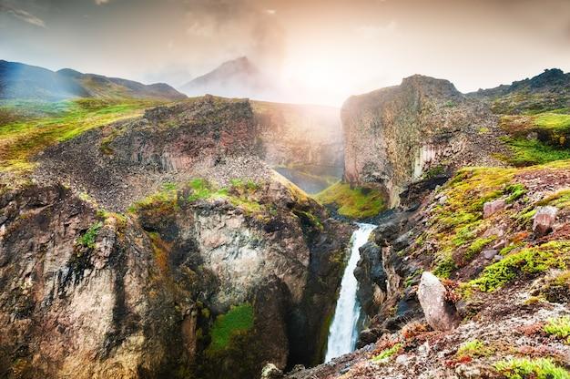 Vista panorâmica da bela cachoeira na ilha disco, oeste da groenlândia