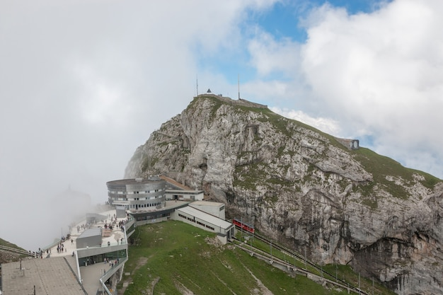 Vista panorâmica da cena de montanhas do topo pilatus kulm no parque nacional de lucerna, suíça, europa. paisagem de verão, clima ensolarado, céu azul dramático e dia ensolarado
