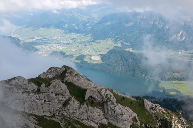 Vista panorâmica da cena do lago e das montanhas de lucerna em pilatus de lucerna, suíça, europa. paisagem de verão, clima ensolarado, céu azul dramático e dia ensolarado
