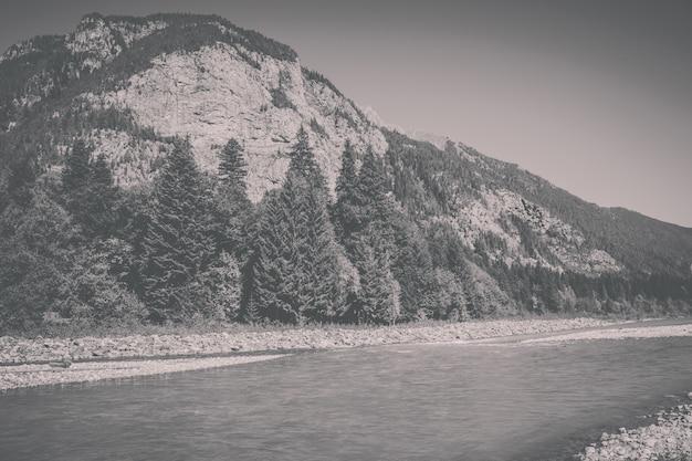 Vista panorâmica da cena do rio nas montanhas do parque nacional de dombay, cáucaso, rússia, europa. , dramático céu azul e paisagem ensolarada de verão