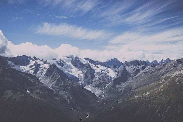 Vista panorâmica da cena dramática de céu azul e montanhas no parque nacional de dombay, cáucaso, rússia. paisagem de verão e dia ensolarado