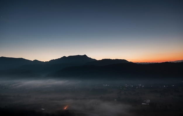 Vista panorâmica da cidade coberta de névoa