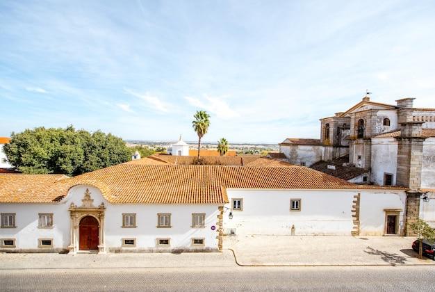 Vista panorâmica da cidade com a construção de um mosteiro na cidade de évora, em portugal