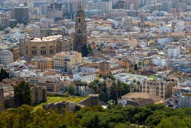 Vista panorâmica da cidade de málaga durante o verão.