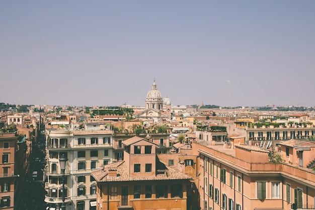 Vista panorâmica da cidade de roma com casas antigas da escadaria espanhola. dia ensolarado de verão e céu azul