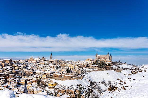 Vista panorâmica da cidade de toledo após a tempestade de neve filomena. paisagem urbana de neve da cidade.