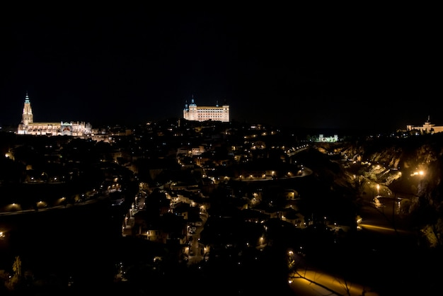 Vista panorâmica da cidade de toledo iluminada à noite.