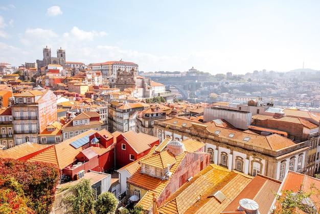 Vista panorâmica da cidade do centro histórico da cidade do porto durante o dia ensolarado em portugal