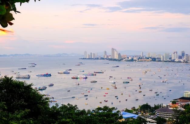 Vista panorâmica da cidade e da baía com barcos e iates ao pôr do sol cidade de pattaya e o mar ao anoitecer tailândia