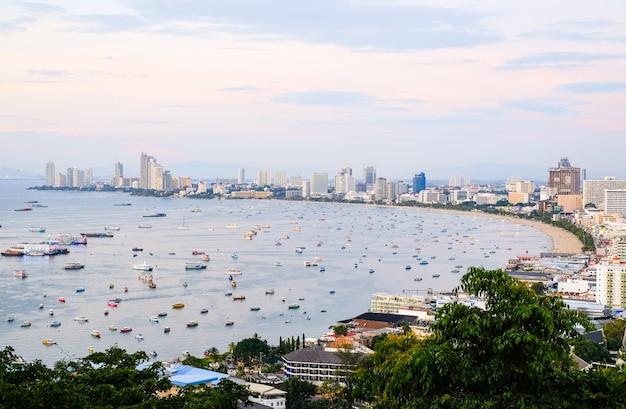 Vista panorâmica da cidade e da baía com barcos e iates