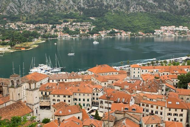 Vista panorâmica da cidade e da baía no dia de verão. kotor. montenegro.