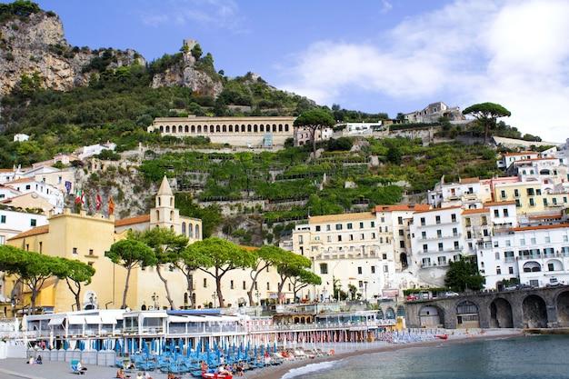 Vista panorâmica da cidade e do mar no dia ensolarado. amalfi.italy.