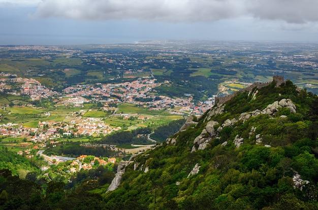 Vista panorâmica da cidade europeia da colina.