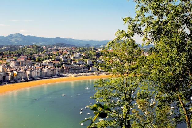 Vista panorâmica da cidade, mar e praia de areia em dia de sol