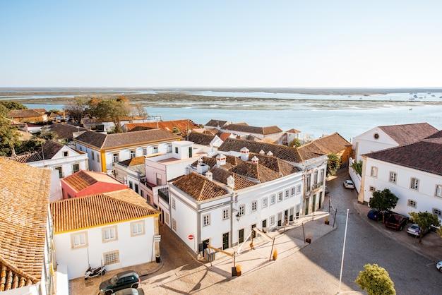 Vista panorâmica da cidade na cidade velha com belos telhados em faro, no sul de portugal