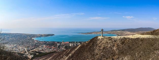 Vista panorâmica da cidade resort de gelendzhik do topo das montanhas até a baía e o monumento arquitetônico, a cruz ortodoxa. costa do mar negro