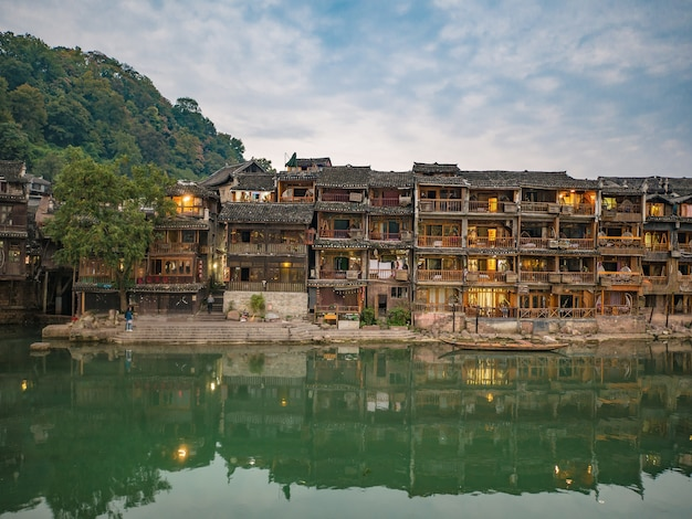 Vista panorâmica da cidade velha de fenghuang. a cidade antiga de fenghuang ou condado de fenghuang é um condado da província de hunan, na china