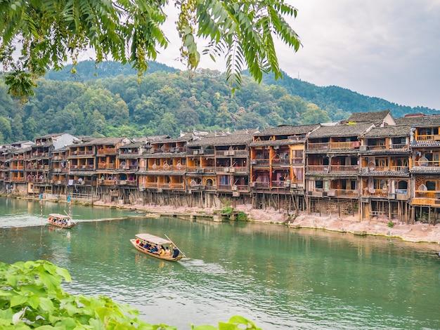Vista panorâmica da cidade velha de fenghuang. a cidade antiga de fenghuang ou o condado de fenghuang é um condado da província de hunan, na china