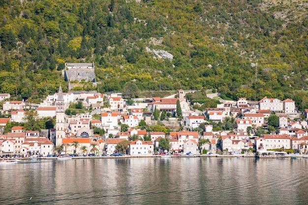 Vista panorâmica da cidade velha, montanhas e a costa da água da baía de kotor, montenegro