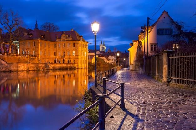 Vista panorâmica da cidade velha sobre o rio regnitz à noite em bamberg, baviera, alta franconia, alemanha